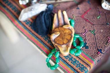 Pripomočki, ki jih v ceremonijah z ayahuasco uporabljajo vodje obredov.